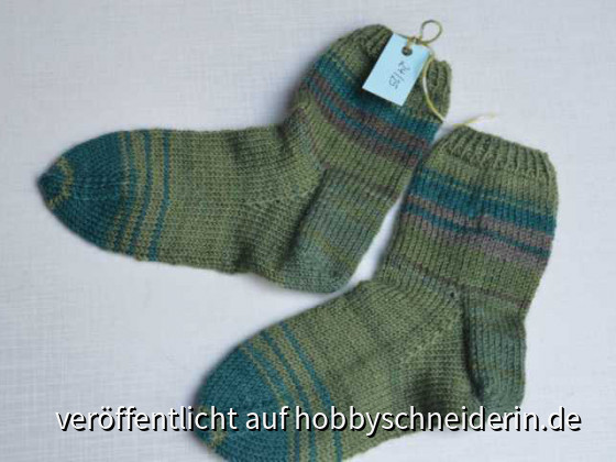 Kindersocken in Grüntönen