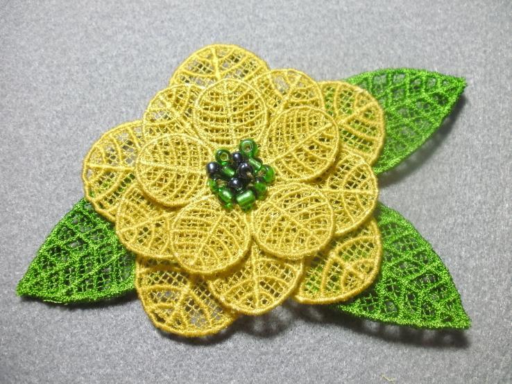 3D Blume selbt entworfen und gepuncht, gestickt auf der Artista 200, bestickt mit grünen Perlen