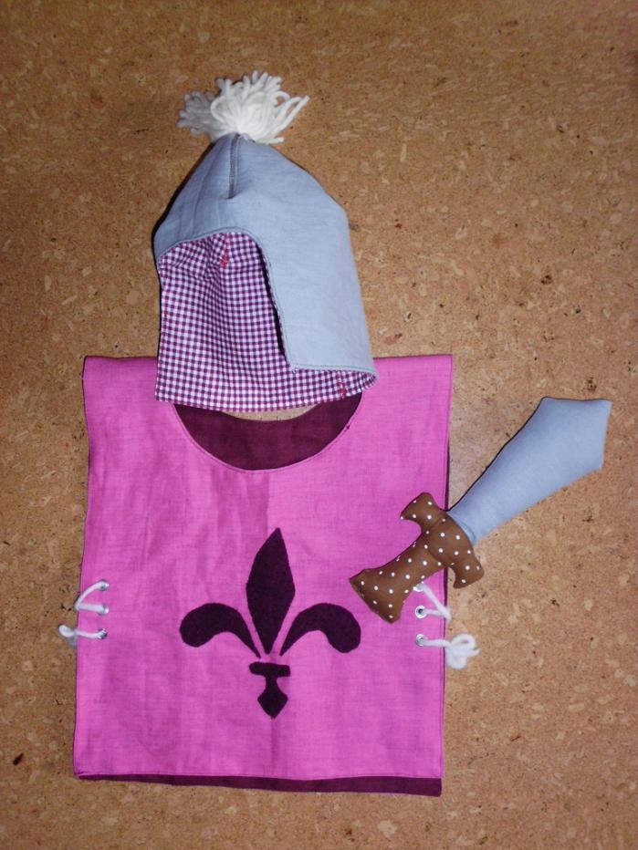 Ritterkostüm für ein Kleinkind aus beidseitig verwendbarem Leinenhemd, weichem Helm und Stoffschwert.