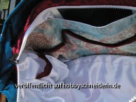 Im gegenüberliegenden Eck unterm Reißverschluß eine weitere, kleinere Tasche.
