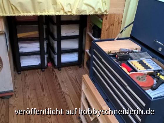 B3 Unter d.Bett Rollcontainer, dahinter Regale und rechts auch noch unterschiedlich tiefe Regale (das sichtbare ist ein doppelt hintereinander gestelltes Kinderregal vom Schweden, die anderen Regale unter dem Bett sind auch aus dem alten Kinderzimmer - Na