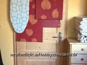 Tür kmplt befüllt mit kleinerer Schneidematte + u.a. 2 selbstgemachten Bügelbrettern