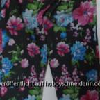 Die Schnitt-Teile der Jeggings habe ich als Schnittmuster für diese Hose benutzt, allerdings ist das Ergebnis nicht perfekt, die Hosenbeine drehen sich, was wohl am getragenen elastischen Stoff liegt. Trotzdem können wir die Hose gut gebrauchen, da Töchte