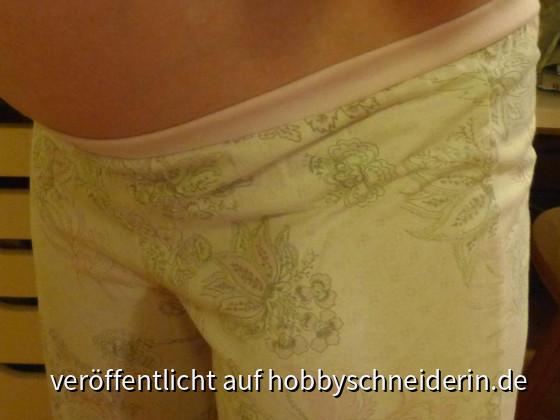 nicht mehr passende Schlafanzughose wird mit Bündchen und Gummi wieder passend gemacht