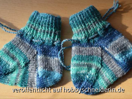 Blau-grüne Babysöckchen