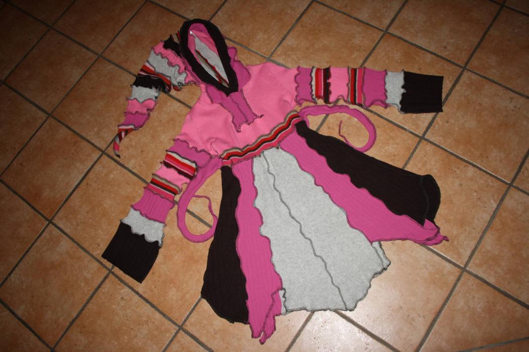 Katwise-Stil-Kleid ausgebreitet.