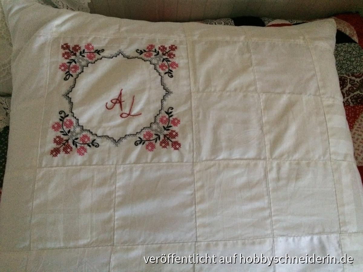 Kopfkissen aus alter Bettwäsche und einem Stickstück