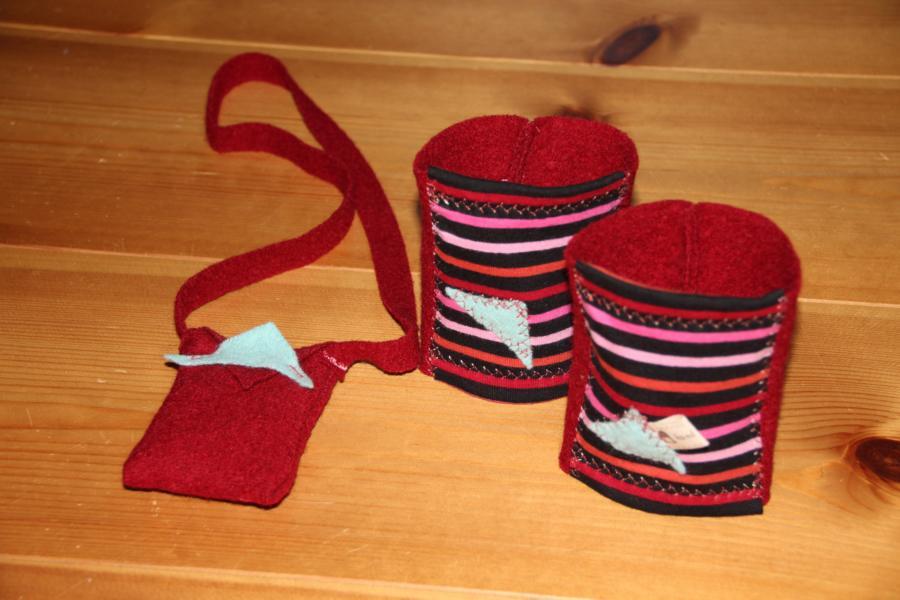 Beinstulpen und kleine Handtasche