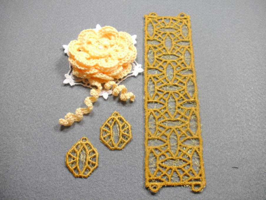 Armband und Ohrringe selbt entworfen und digitalisiert, gestickt auf der Artista 200, unterlegt mit einem goldfarbenen Dekostoff