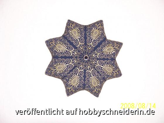 Eines von inzw. 7 Wand-Kissen, alle mit der Artista gestickt, Muster Frebees