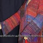 Sockenwolle, Jacke mit weiten Ärmel und Umschlag der von Knöpfen gehalten wird.