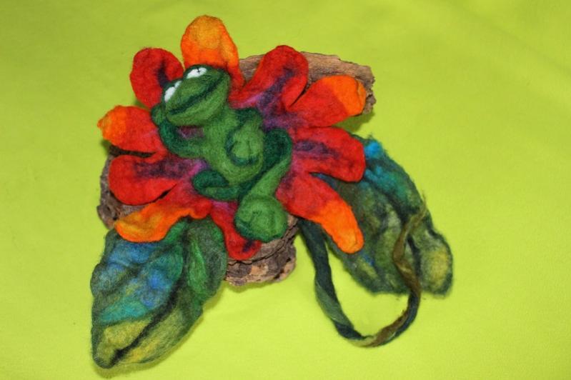 Ein Fröschlein , Addi quick-Trockenfilzung, das in einer Blüte & Blätter (Nassfilzung) ruht. B & B sind auf einem Wurzelstück aufgeklebt.https://www.youtube.com/watch?v=N47nHWynZnE