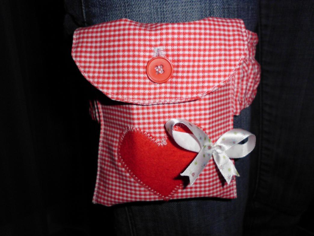 Strumpfband mit Tasche für unterm Dirndl. Tasche diesmal mit per Knopf verschlossener Klappe.