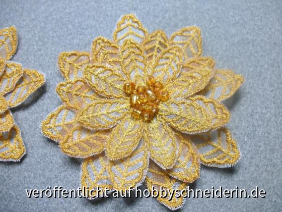 Blumen-Brosche selbst entworfen und gepuncht, gestickt auf der Artista 200,unterlegt mit bedrucktem Gardinenstoff, bestickt mit goldfarbenen Perlen