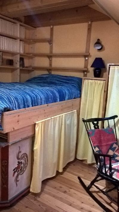 B1 Bett = Kellerersatz + Sprossenleiter zum 'Speicher', auch noch für's Lesebrett. Auf dem Brett ist ein inch/cm Massband aufgeklebt