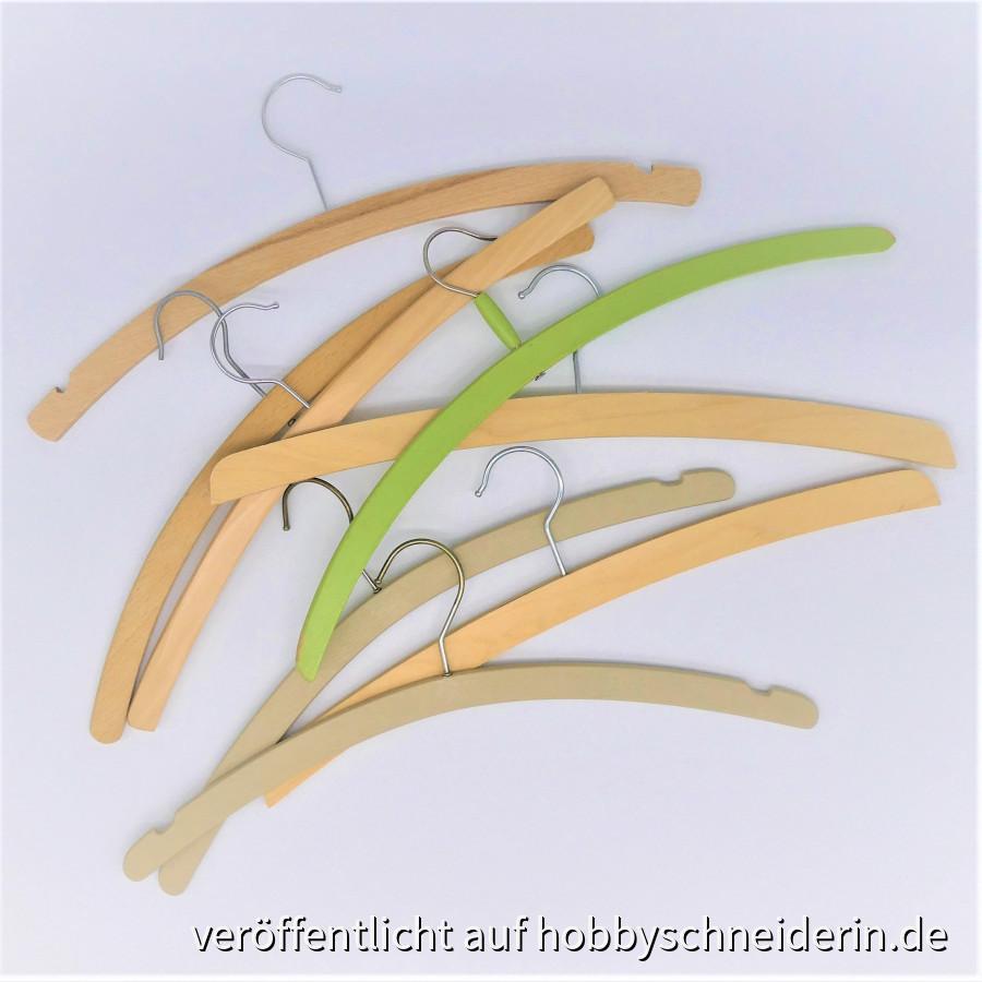 """Ein Haufen einfacher Holzbügel wird """"Verzaubert"""" - Upcycling im Kleiderschrank!"""