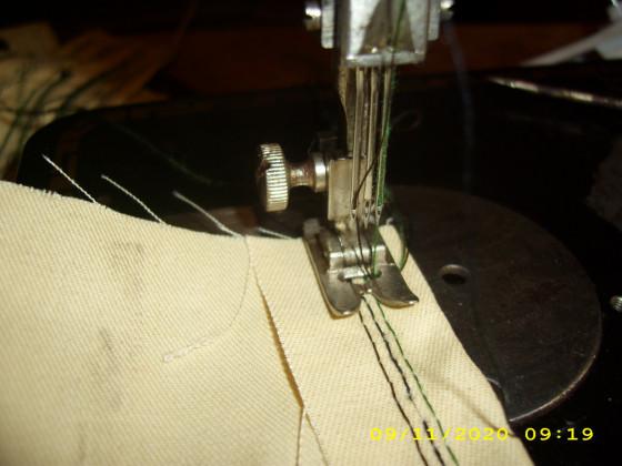 Pfaff 130 - 115 sehr selten mit nur einem Faden Spanner. Die kann drei Nadeln auf einmal aufnehmen und Nähen.