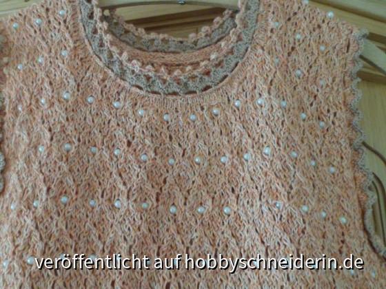 Das ist ein Kleid, bei dem ich oberhalb wieder Perlen mit eingestrickt habe. Das Kleid ist mit vier verschiedenen Mustern gearbeitet und hat unten eine breite Häkelborte, passend zum Ausschnitt. BW-Mischgarn