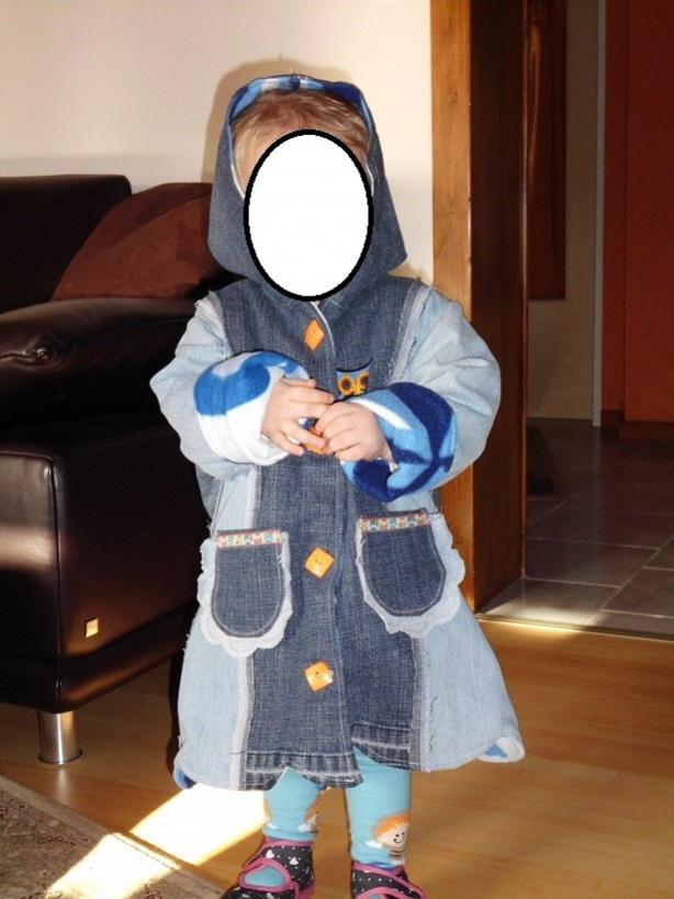 """Jeansmantel in 86/92 für meine Tochter nach Farbenmix-Schnittmuster Linda. Hierdrin haben zwei Jeans und eine Decke ein neues """"Leben"""" bekommen."""
