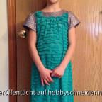 Das Kleid ist aus der Ottobre 6/2012 und ist etwas verlängert.  Meine Tochter wollte es gern etwas länger haben.  Da meine Tochter sich einen total doof zu vernähenden Jersey ausgesucht hat (laut Schnitt sollte es ein nicht dehnbarer Stoff sein) habe ich