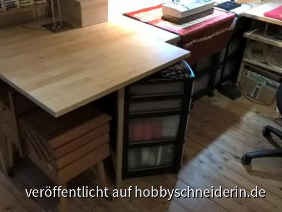 AT1a Klapptisch, kann noch eine 2te Platte bei Bedarf ausklappen, brauche ich bisher nicht, verwende die Rollcontainer unter dem Tisch als Entlatsung für große Stoffe