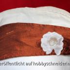 Das Seidenschiffchen ist mit Baumwollbatist gefüttert und wird mit einem Spitzenrest aufgehübscht.