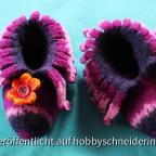 Kinderpuschen aus Filzstrickwolle,verziert mit nassgefilzter Blüte