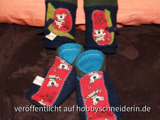 Kinderschuhe und Beinstulpen im gleichen Design