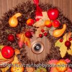 HerbstkranzStyrorporring, 25 cm Durchmesser, umstrickt mit knapp 150 g brauner Fransenwolle, verziert mit diversen Früchten aus Pappmaché, einigen textilen Laubblättern, alles mit Stecknadeln befestigt