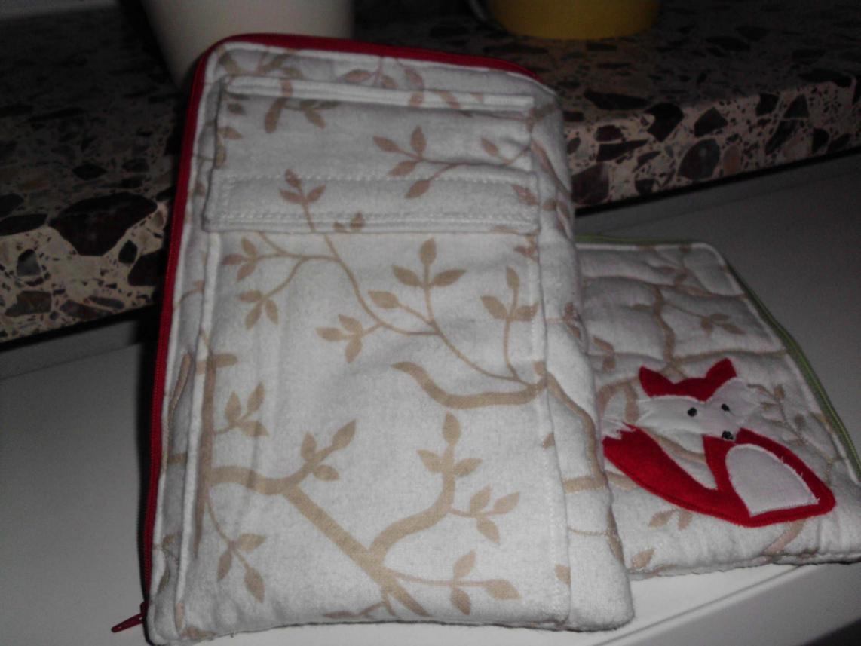 E-Book-Reader-Hülle mit per Klett verschlossener Tasche auf der Rückseite, hier kann das Ladekabel rein.