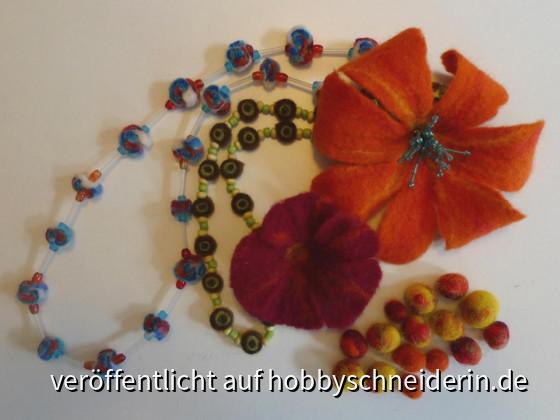 Blüten, Schnüre und Kugeln.
