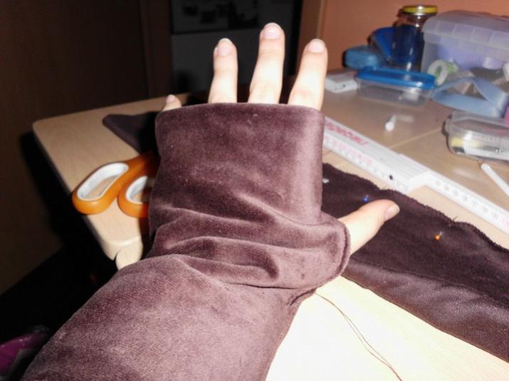 Ärmelbündchen mit Daumenloch, für einen Mantel.