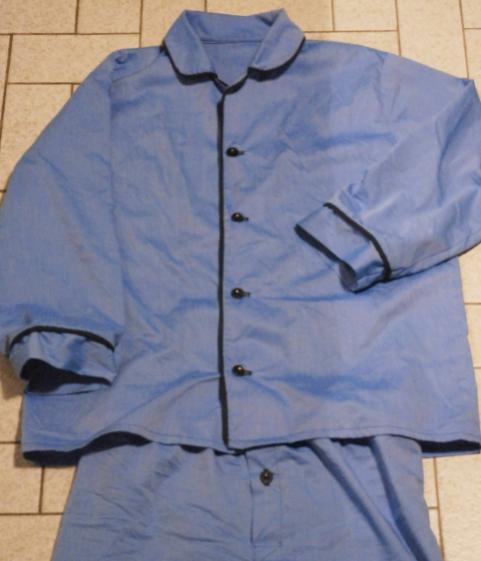 Kleine Pyjamaübersicht. Das blau ist noch viel schöner. Und es schimmert ein wenig seidig. Naja. Man erkennt die Idee.
