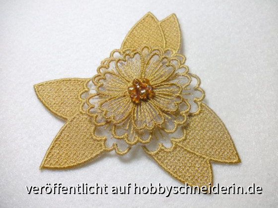 Phantasieblume selbst entworfen und gepuncht, gestickt auf derBernina Artista 200 unterlegt mit goldfarbenem Dekostoff