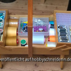 Nähwagen, mit Pappe auf schnell Unterteilungen gebastelt, noch nicht fertig sortiert. Unterspulen sind neu, werden je nach Farbe mit z.B transparent = BW-Garn befüllt. Leider darf meine Maschine nur Kunststoffspulen..., also beschlossen diesem Detail etwa