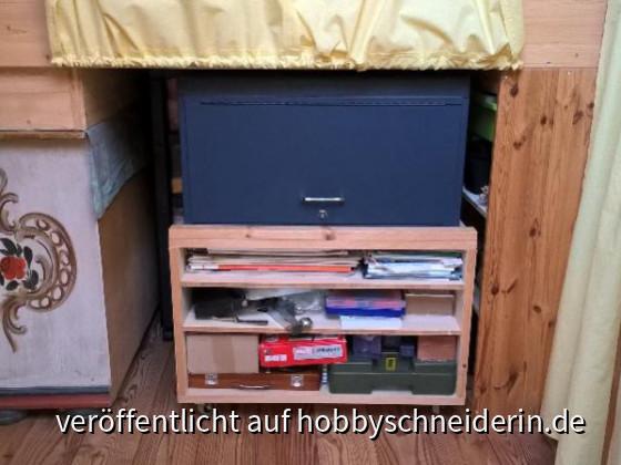 B2 Unter d.Bett:  Werkzeugwagen = 'Tür' zum 'Keller'. Links auf der Kommode per Bretter Höhenausgleich zu den Regalen, Nutze ich als LP Lager. Kommode geerbt (nicht Antik), Muster nicht so wirklich mein Ding