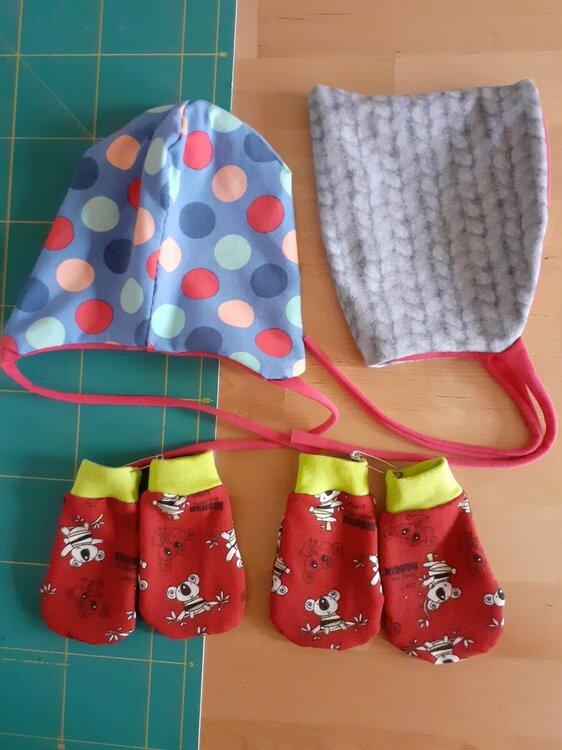 Babysachen - Strampler, Mützchen und Handschuhe für Welcome Baby Bag