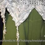 Das Wolltop hat Vorne wie Hinten je drei Spitzen. Die Bänder sind mit Perlen verziert