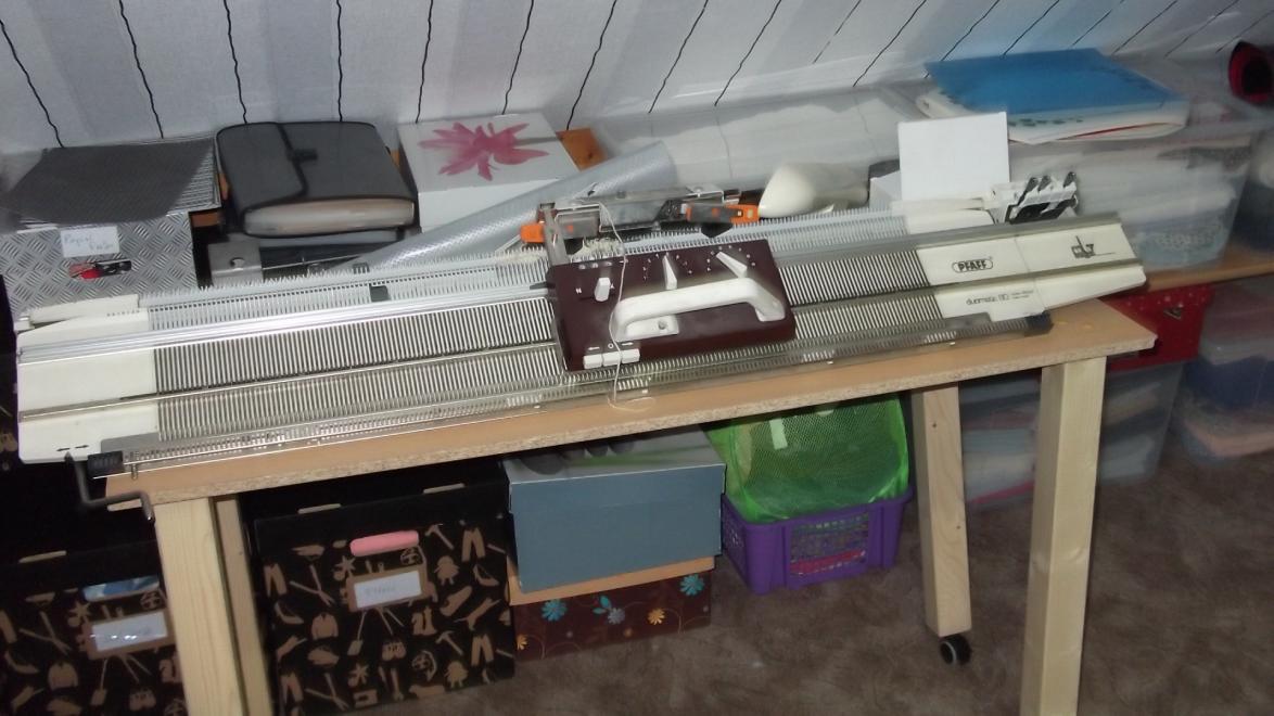 Strickmaschine, muss noch auf dem Originaltisch aufgebaut werden