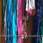 RV auf Krawatten-Bügel, Flügel individuell schwenkbar,  Hntergrund leer, da sonst zu unkla. RVs sind per Länge, Typ und ca. Farbe jeweils mit einer Sicherheitsnadel zusammengefasst und dann eingehängt.