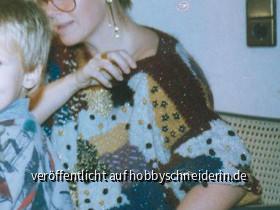 Handgestrickt,aus Wollresten, mit Perlen und Pailletten bestickt.