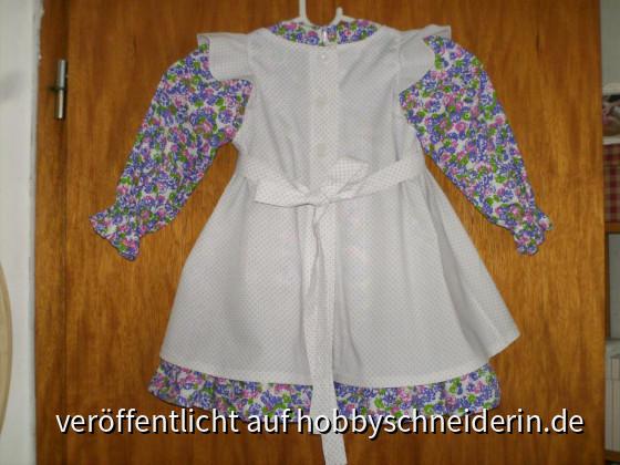 Kleidchen und Schürze von hinten