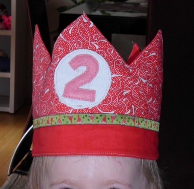 Geburtstagskrone mit aufgekletteten Zahlen.