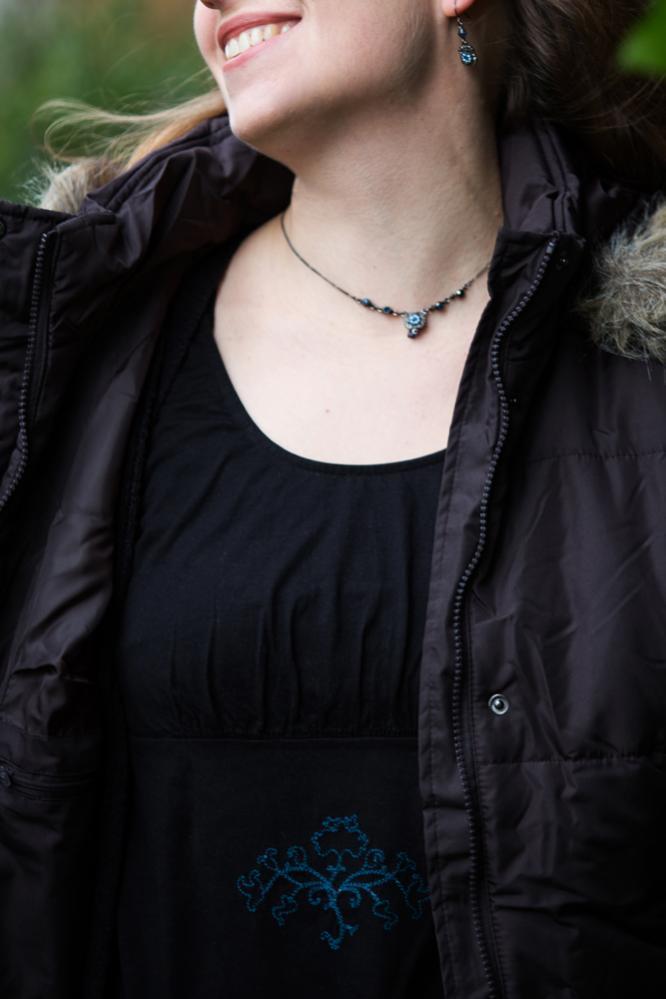 Dieses Tunikakleidchen ist Bestandteil eines Zweiteilers aus der Ottobre Frühjahr-Sommer 2010: 11. Der Saum ist noch unversäubert, weil ich mich nicht entschließen kann, wie ich es mache. Derweil rollt er sich ganz lustig nach außen, ist auch nicht schlec