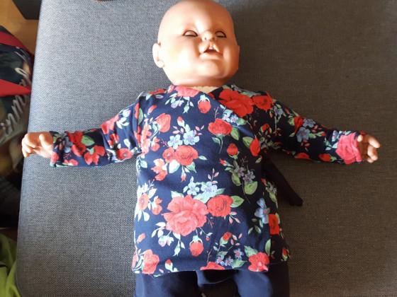 Geblümte Baby-Wickeljacke für kühlere Tage