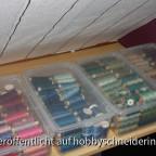 Nähgarn, in Boxen nach Farben sortiert