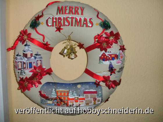 Weihnachts-Wreath, Stickbild unten von Embroidery Library,rechts und links von Victorian Village Embroidery Designs