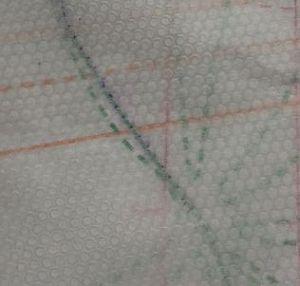 Lochfolie unterlegt mit transparentem Papier