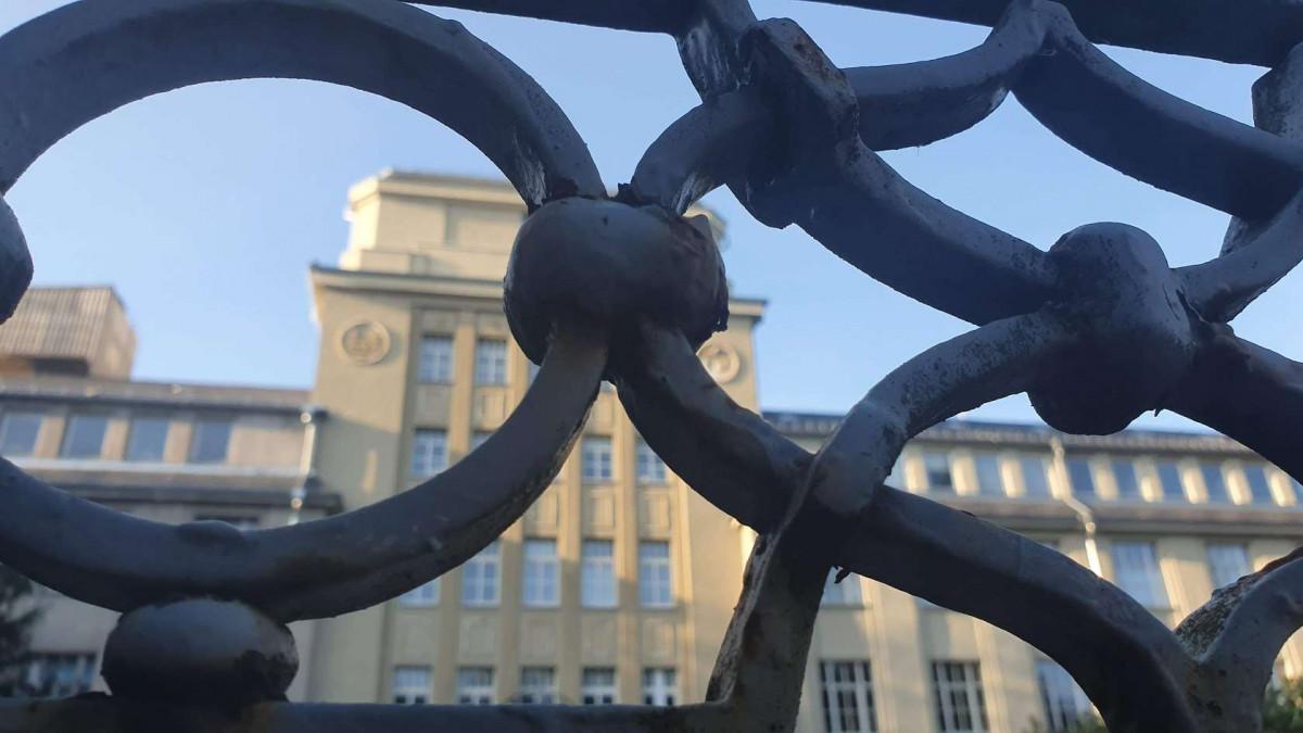 Tor Gußeisen vor historischem Gebäude