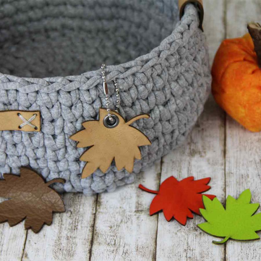 Korb mit Blättern aus Leder verzieren